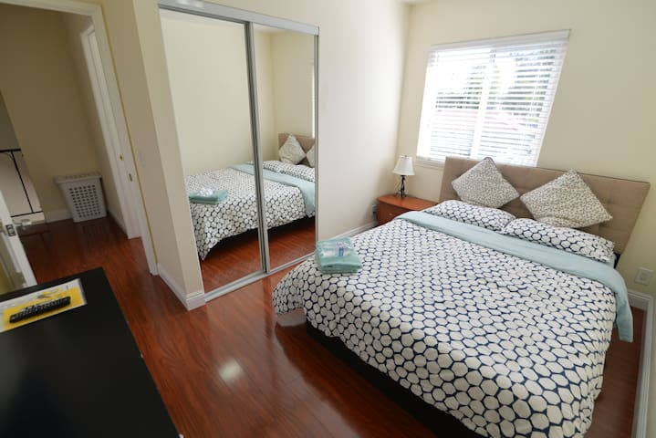 Walk to Disney - Comfortable and Modern Room - Anaheim - Adosado