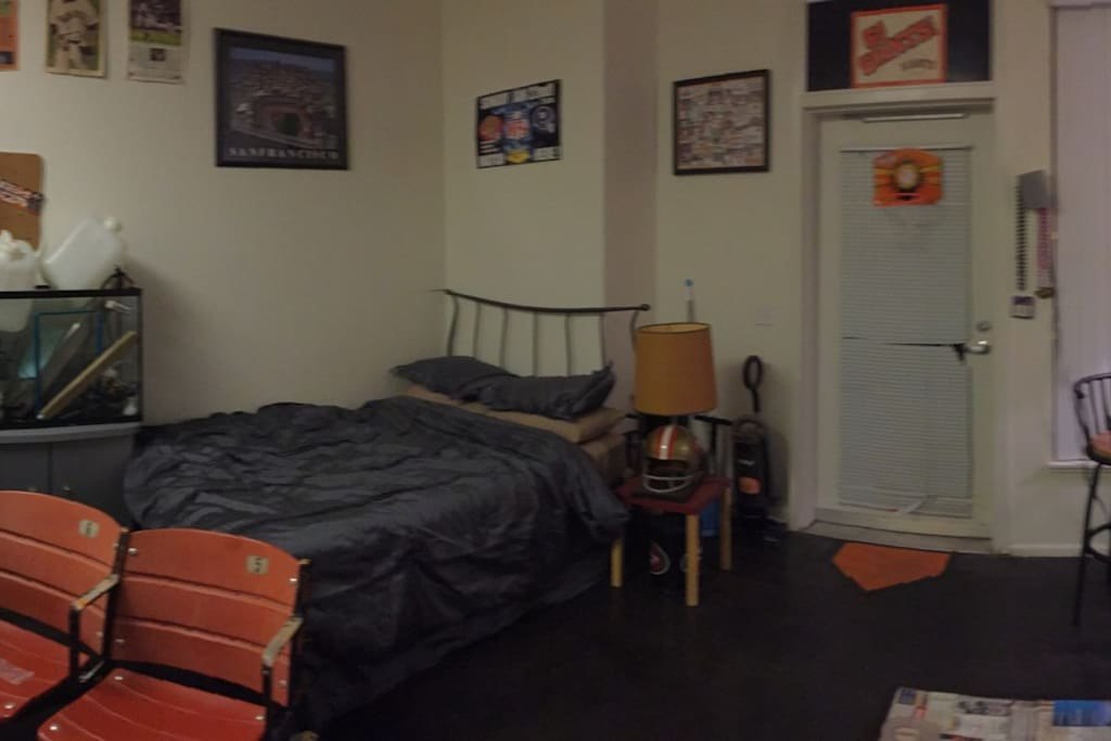 Studio w double bed, couch, and table. TV with Dvd player and plenty of DVD's.