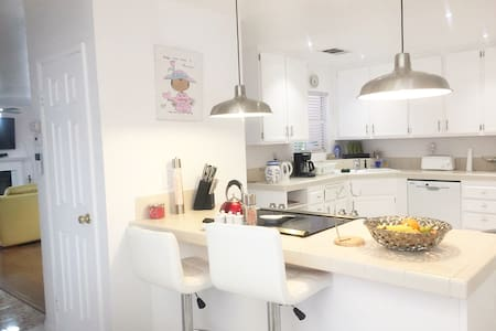 Bright & Spacious Modern 2 Bedroom Hse in Long Bch