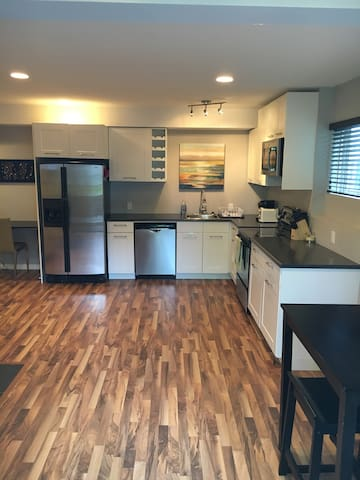 Bright, open concept guest suite in Riverbend, SW - Edmonton - Pis