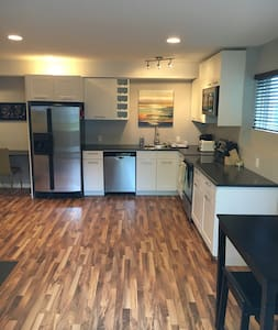 Bright, open concept guest suite in Riverbend, SW - Appartement