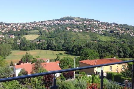 Chambre avec très jolie vue, maison quartier calme - Veyre-Monton