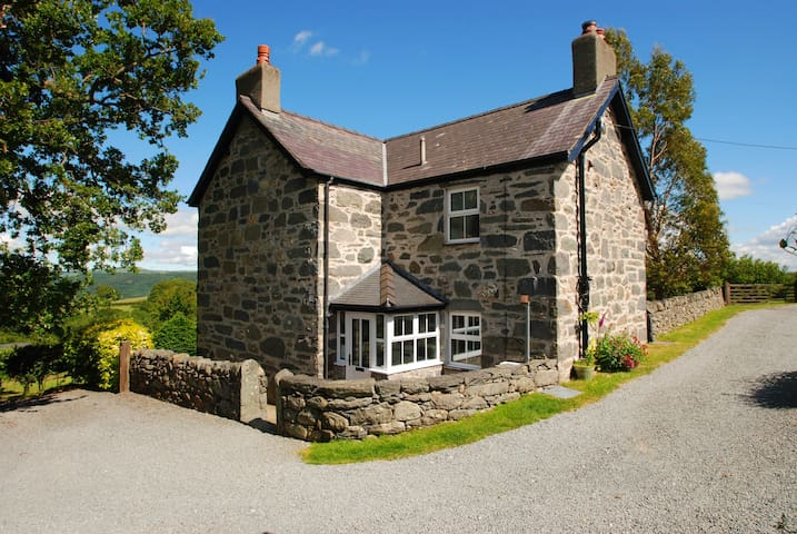 The Farmhouse | Great Escapes Wales