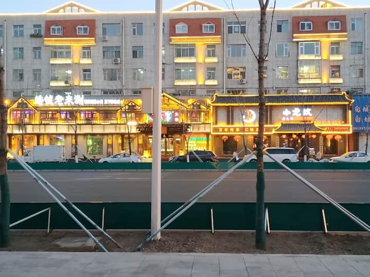 民用住宅!出门200米就是文化广场!运动遛弯的好去处!夏天还有水上电影!