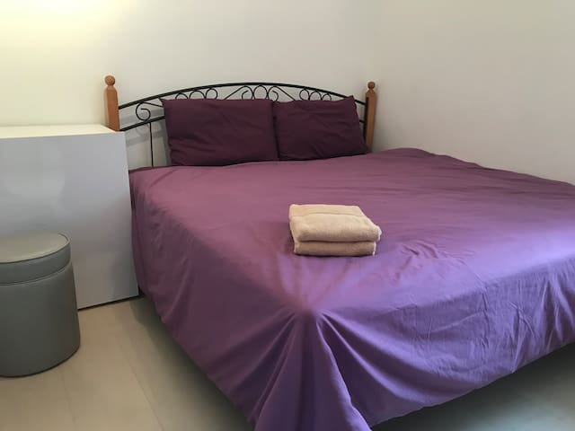 Near City, Cozy Bedroom (2) w/King-size bed