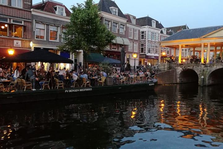 Luxe appartement in centrum Leiden aan gracht