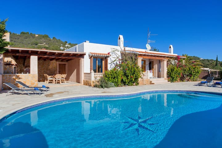 Villa Blanca for 6 guests, only 2km from the beach and 15km from Ibiza Town! Catalunya Casas