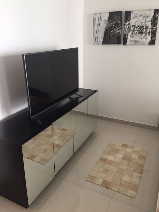 Sala com Internet e TV a cabo HD.