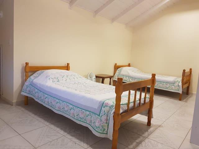 Quarto superior, com duas camas de solteiro.