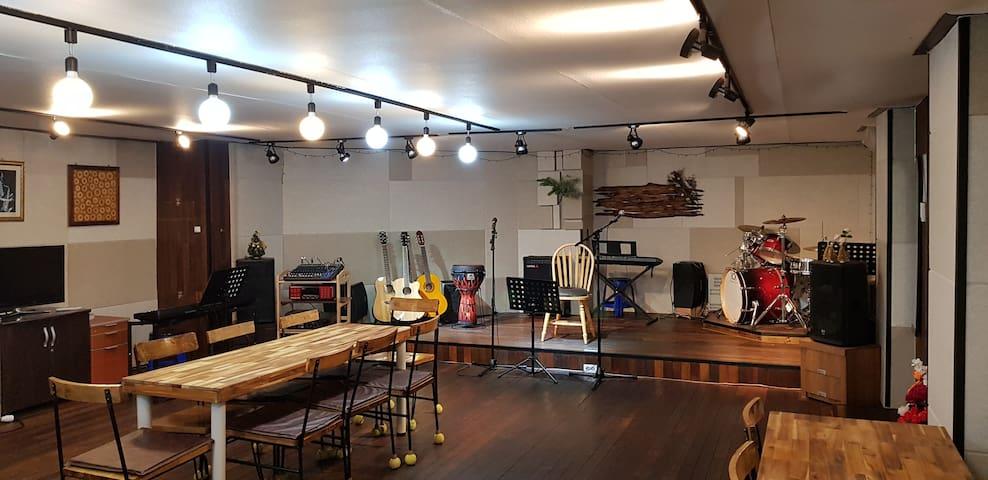 라라 스토리 [파티룸 각종모임 동아리 MT 다목적 연습실 노래방기계 음향장비 각종악기사용]