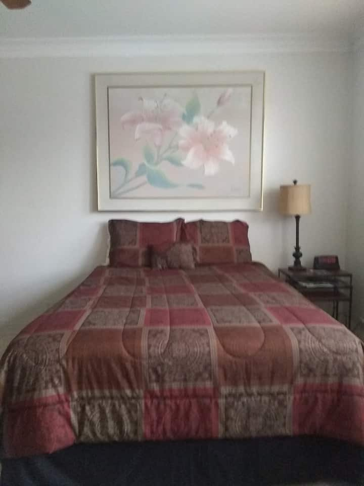 South Shore Studio on  Lake with queen & twin beds