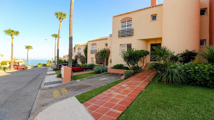 Modern 3BR Townhouse in Club la Costa by Rafleys, Sea Views