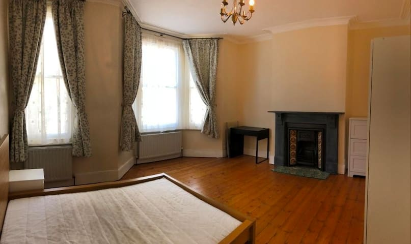 Double Room For Couple in Nice House in Clapham
