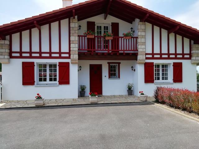 Chambre privée dans  une maison basque