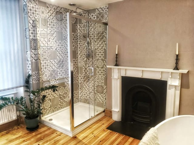 Double based in town centre with private bathroom