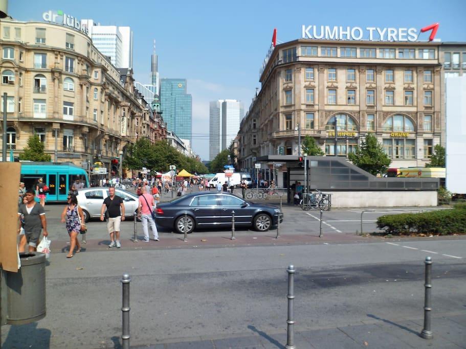 Blick vom Hauptbahnhof  rechts im 5.OG  ist das Aptm.