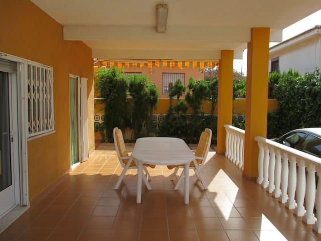 Attractive & sunny 3 bedroom duplex 2 min to beach