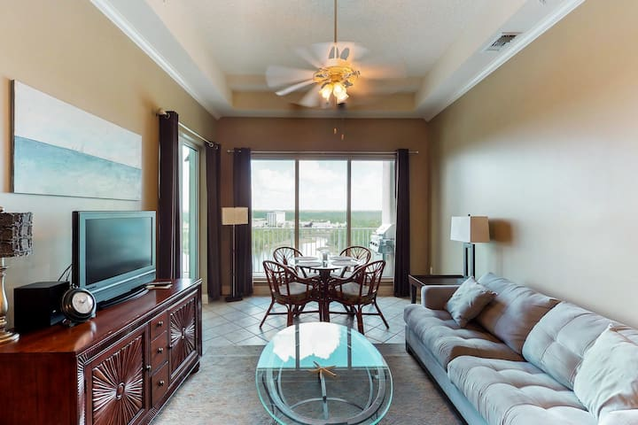 Bayview condo w/ shared pool & hot tub + on-site golf, waterpark, & marina