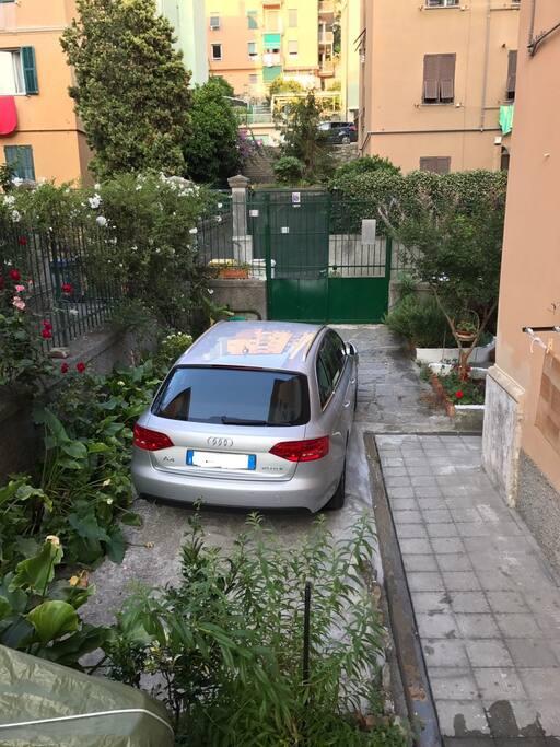 Casa soggiorno con posto auto e giardino a sturla for Casa con giardino genova