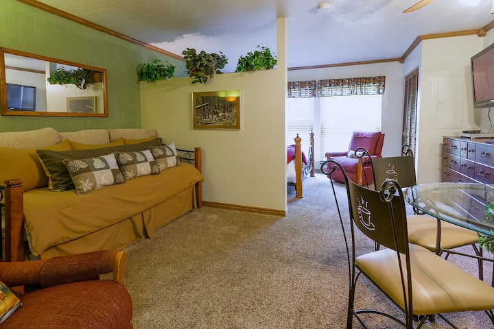 Condo 107, Wifi, Community Pool, Jacuzzi, Lounge, Fireplace, Laundry