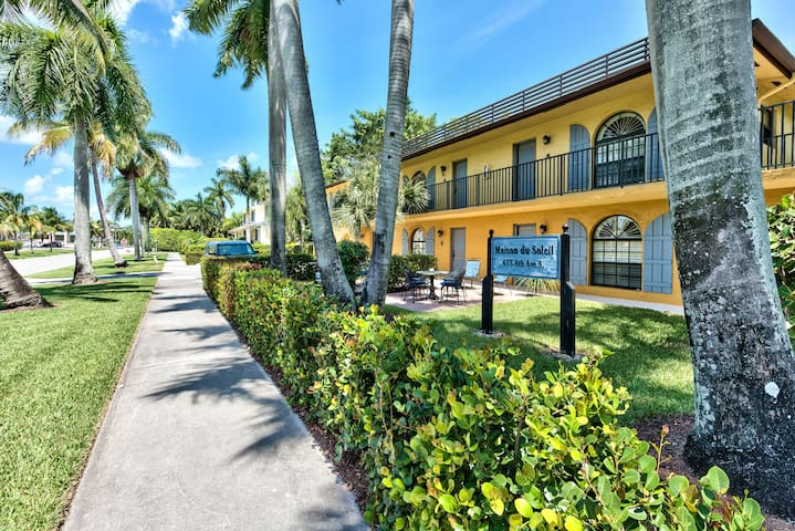 Luxury Condo 3 Blocks from 5th Ave! Walk to Beach!