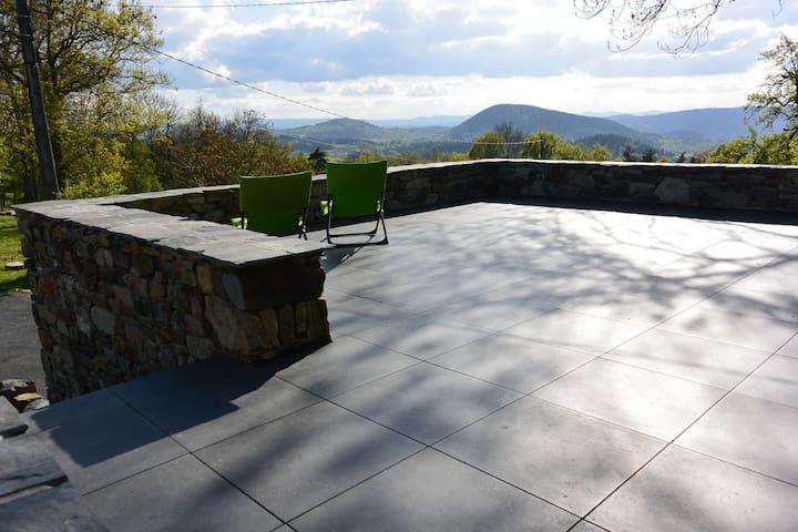 Une terrasse ensoleillée au calme avec une vue dégagée