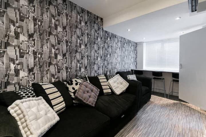 5 bedroom 5 bath sleeps 10 close Luton Airport M1