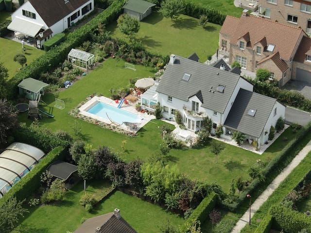 Beautiful villa w swimming pool and large garden - La Hulpe - Huis
