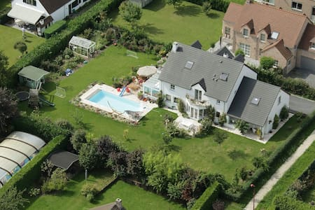 Beautiful villa w swimming pool and large garden - La Hulpe - Ház