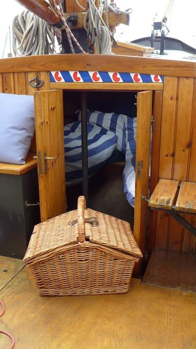 Inkijk in vooronder met opgemaakte bedden.