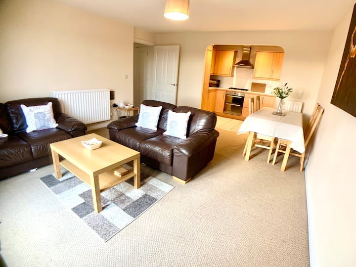 Central Retford 2 bed quiet apartment with parking