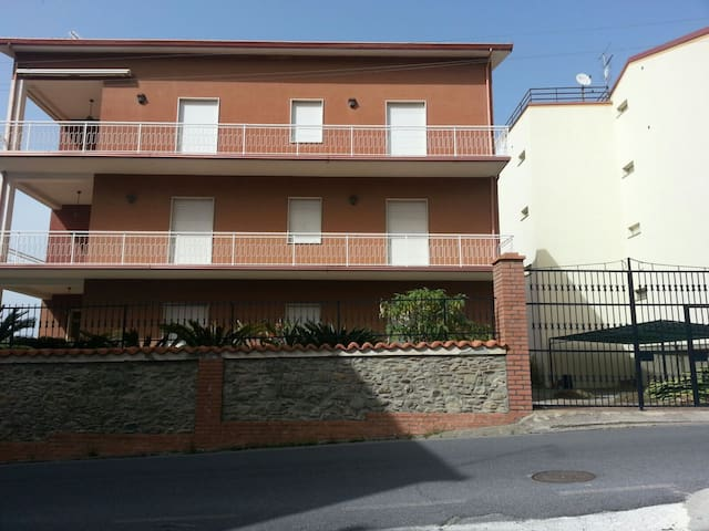 Appartamento con ampio terrazzo - Belmonte Calabro - アパート