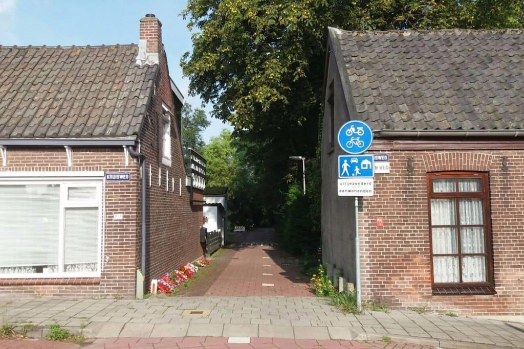 Toegangsweg naar de accommodatie (over fietspad, maar toegestaan voor bestemmingsverkeer).