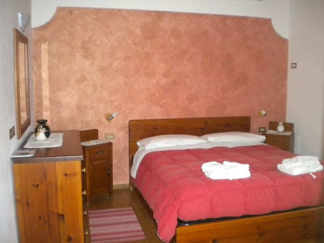 Room on the ground flour red - Tione di Trento - Bed & Breakfast