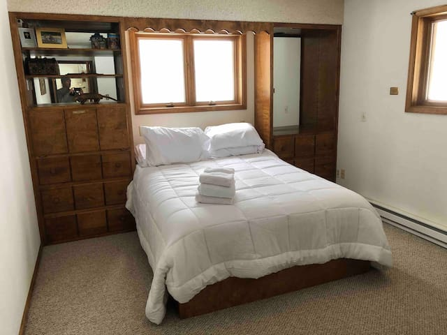 Upstairs Bedroom. Queen Bed