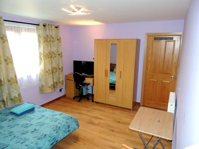 Private Double Bedroom, south Edinburgh