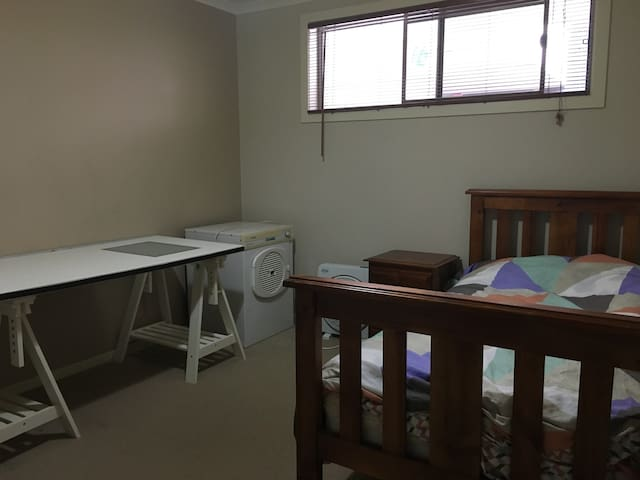 A cozy and fully furnished bedroom in MawsonCentre - Mawson Lakes - Apartment