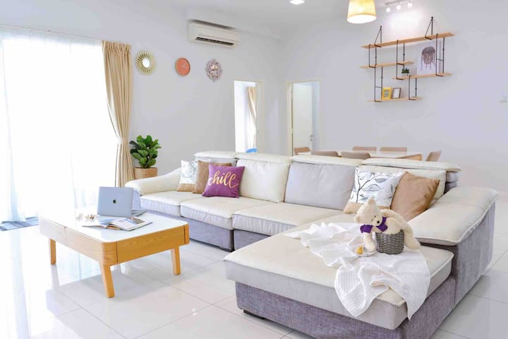 Living Room Area (Spacious Sofa Couch)  客厅 (舒服宽敞沙发)