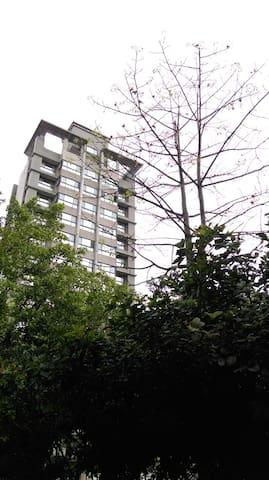 台鐵徒步三分鐘。全新電梯大廈,獨立套房設施完備。平溪/九份/基隆/台北 - Qidu District - Wohnung