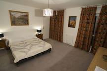 La chambre-à-coucher du haut donnant sur sa petite terrasse indépendante.