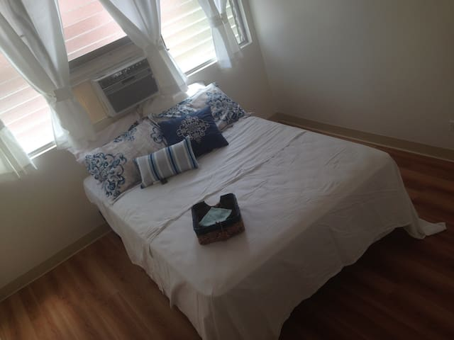 ••R••Girls only!! BED ROOM w AC  in mid of WAIKIKI