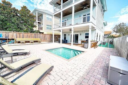 Gulf view, pet friendly 6 bed/6 bath house w/pool & <2 min walk to beach!