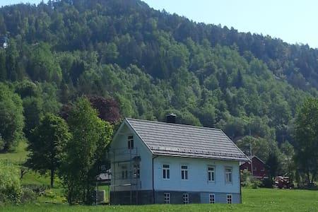 Koselig tømmerhus svært sentralt i vakre Hornindal