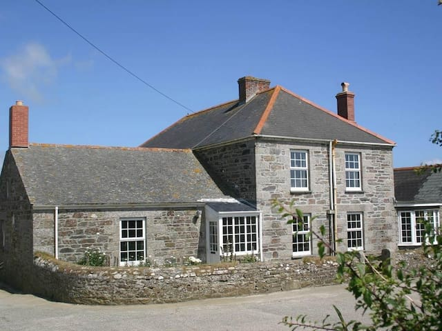 HINGEY FARMHOUSE, family friendly in Gunwalloe, Ref 959140
