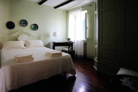 Lovely room in a cousy farmhouse - 家庭式旅館
