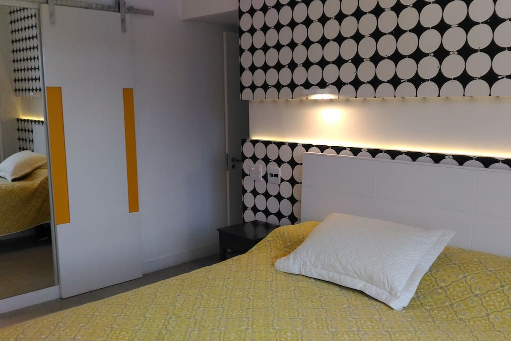 Suíte (ângulo 01): cama de casal, armário amplo, ar-condicionado, TV à cabo e vista privilegiada.