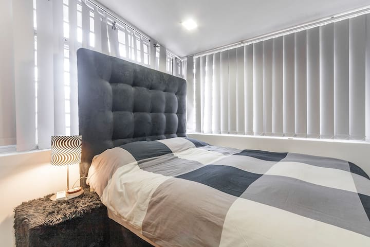Beautiful Luxurious Queen Bed - Singapore - Hus