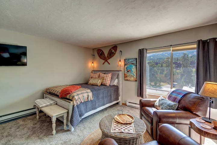 #1714 Downtown Breck Studio - Ski-in, Next to Riverwalk Center, Steps to Main- LOCATION! LOCATION! LOCATION! By VacaVibe