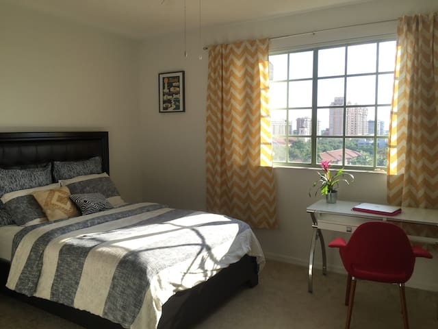 Bright Bedroom with Beautiful Sunsets - Coral Gables - Apartmen