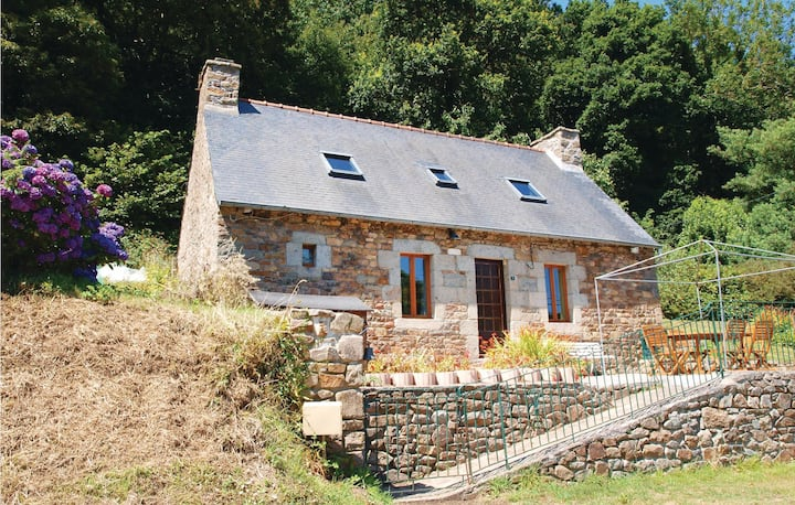 Nice home in Lezardrieux with WiFi and 2 Bedrooms